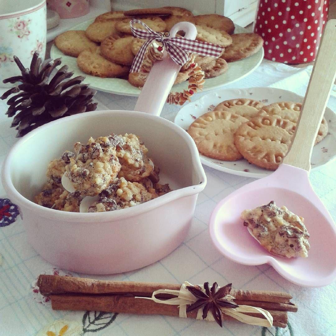 """""""Guten Morgen aus der Weihnachtsbäckerei! Die ersten Plätzchen sind auch hier endlich fertig... Optisch sind die Makronen nicht der Hingucker, aaaaaber…"""""""
