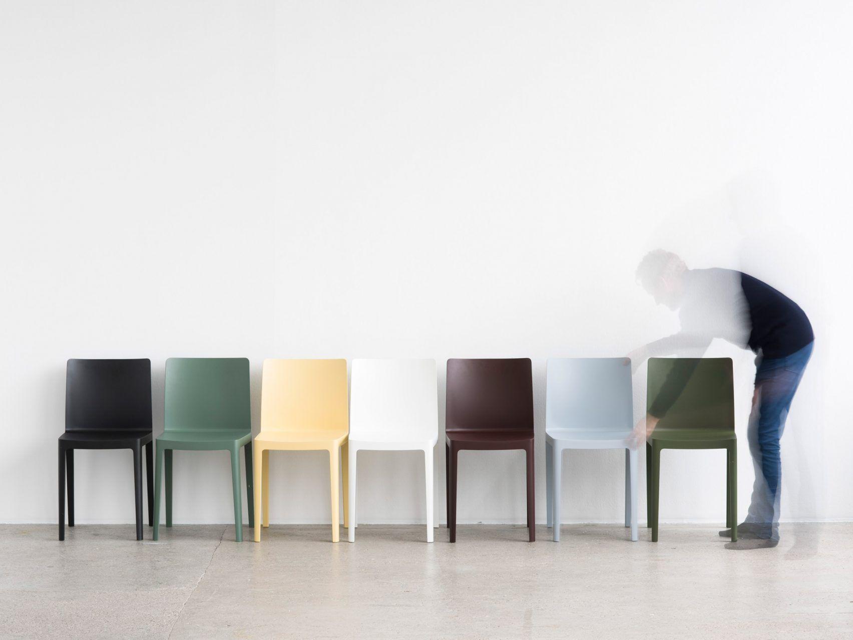 Une Collab Simple Mais Elegante C Est Le Duo Des Freres Bouroullec Qui Cree Une Serie De Chaises Minimalistes Pou Bouroullec Design Design Milan Design Week