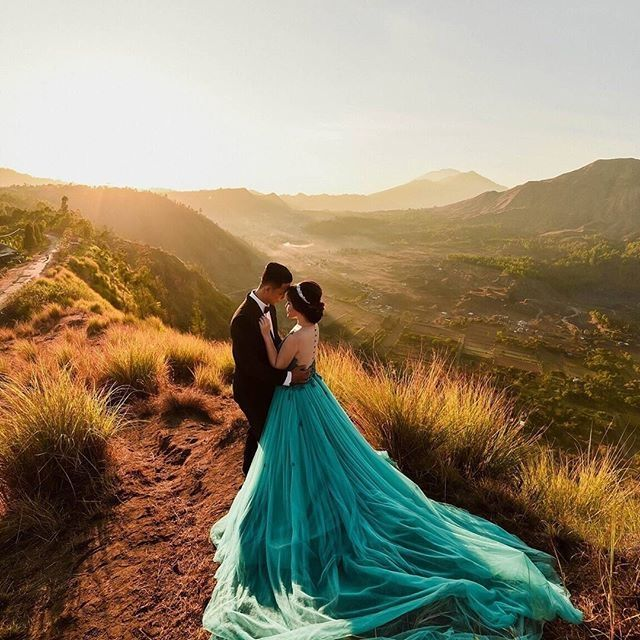 This is incredible! Great works by Levisage atelier http://www.bridestory.com/levisage-atelier/projects/prewedding-dress1447220529