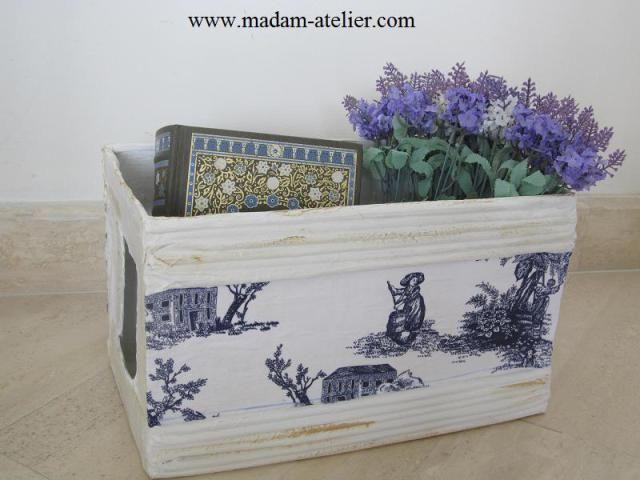 caixa de papelão decorativa, feita com rolinho de jornal e tecido