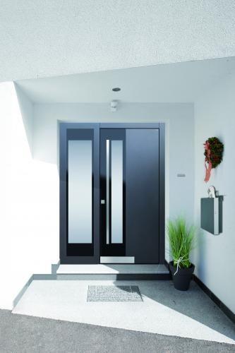 Moderne Haustür In Anthrazit Mit Glas Und Seitenteil Für Freundlichen  Eingangsbereich, Stoßgriff In Edelstahl,