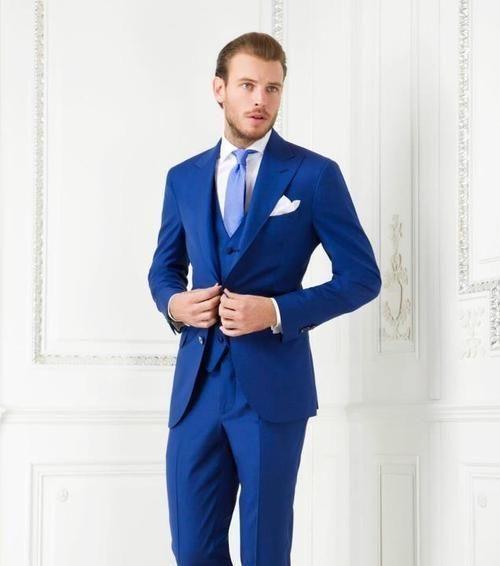 Nové přílety Dvě tlačítka Královské modré Groom Tuxedos Peak Lapel  Groomsmen Nejlepší mužské obleky Pánské svatební obleky (bunda + kalhoty +  vest + ... 70e03dac3b