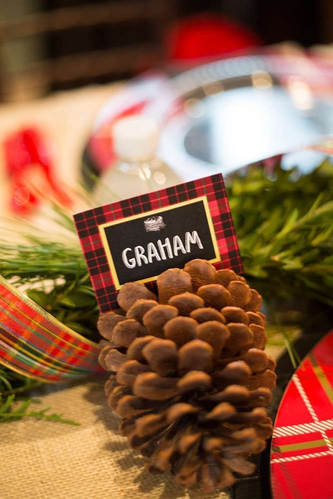 We love this place setting idea for a festive Christmas dinner party. It's an easy DIY!
