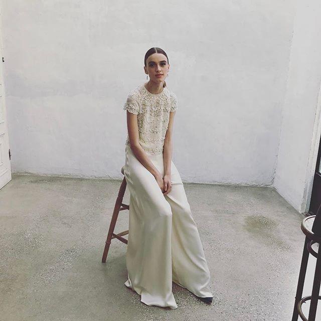 結婚式にはドレス というルールはありません 例えば ミック ジャガーとの結婚式で 白いタキシードジャケットを着たビアンカ ジャガーのように マスキュリンなスタイルも素敵 写真は パンツルックのウエディングを提案している 4月号の Novarese Spur モー