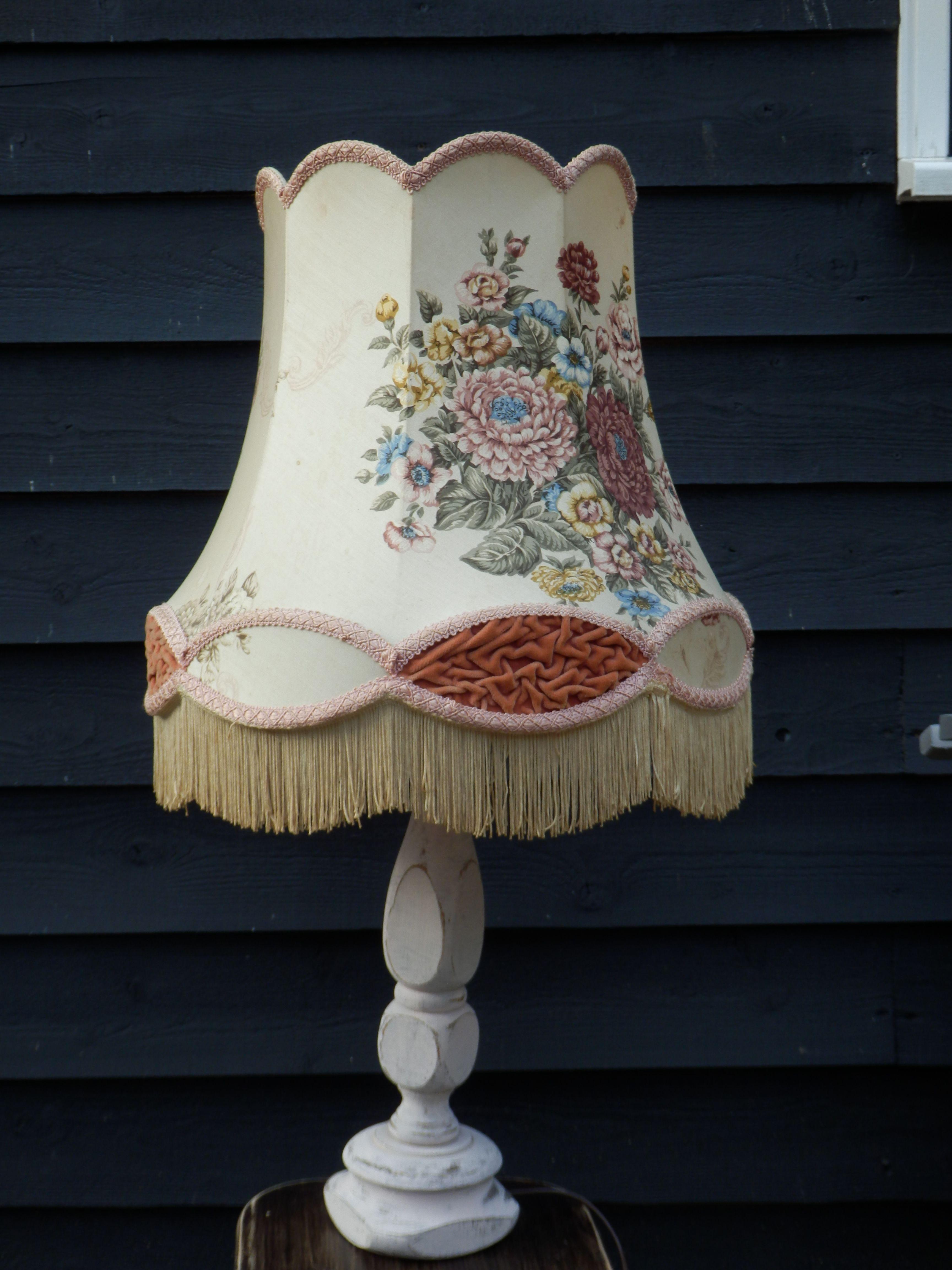 Verkocht. Geweldige oude schemerlamp. De zachtroze kap met bijzondere bloemmotieven, zalmkleurig fluweel en franje is een absolute blikvanger!