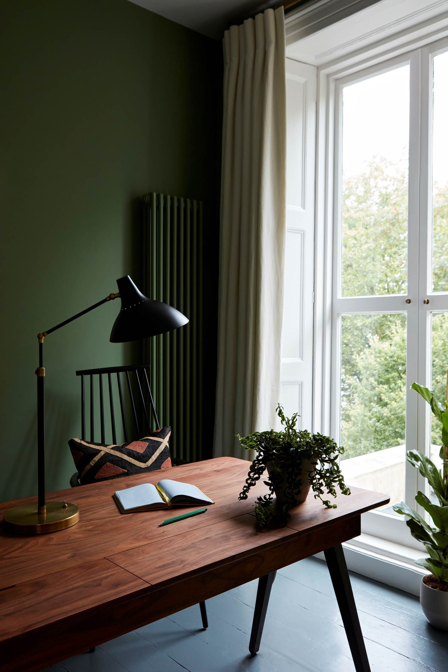 This Green Wall Holland Park Flat By Beata Heuman Dark Green Living Room Green Walls Living Room Living Room Green