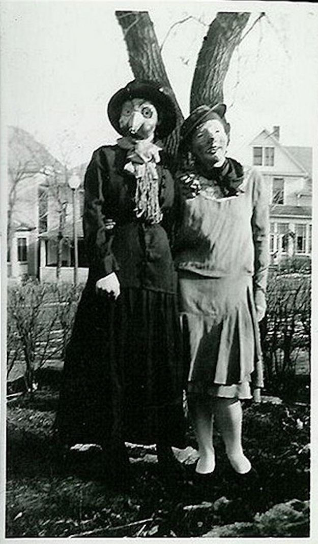 30 Black White Photos That Will Haunt Your Dreams Creepy Vintage Vintage Halloween Photos Vintage Halloween Costume