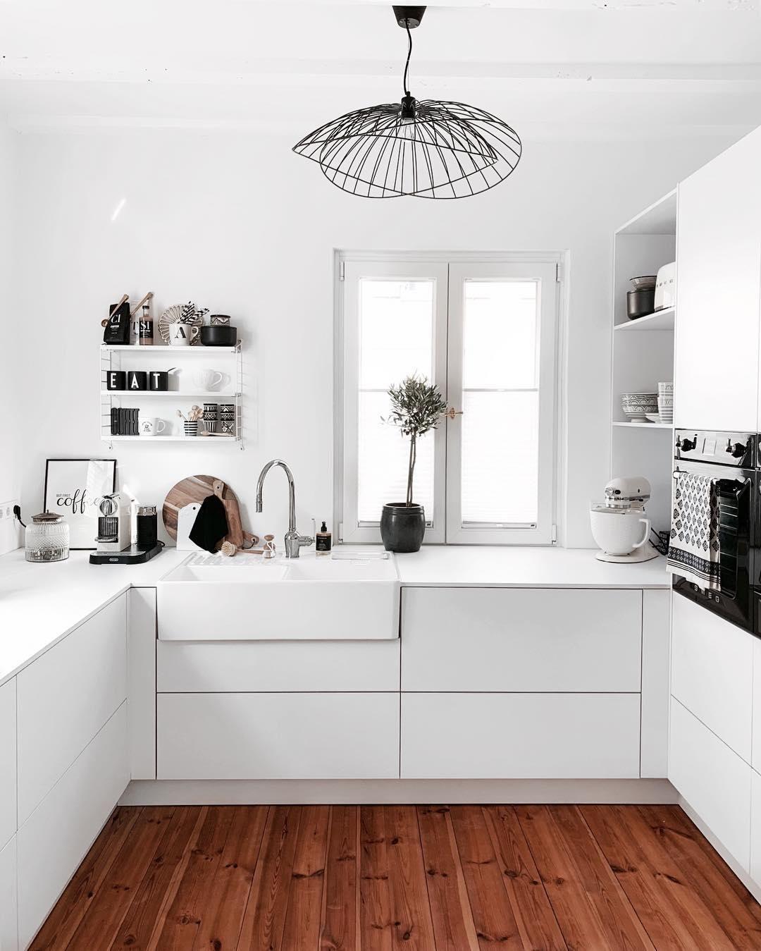 White Kitchen In Dieser Wunderschonen Kuche Stimmt Jedes Detail Tolle Deko Pieces Frische Blumen Und White Kitchen Beautiful Kitchens White Kitchen Lighting