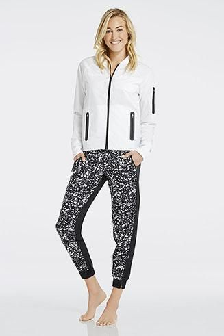Elevate your activewear in our lightweight bomber jacket with our must-own black and white paint-print joggers. | Thalia Outfit - Fabletics