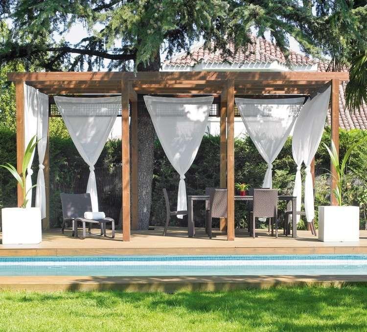 Weiße Vorhänge Umgeben Den überdachten Sitzbereich | Gardinen ... Holz Pergola Vorhangen Ideen Garten