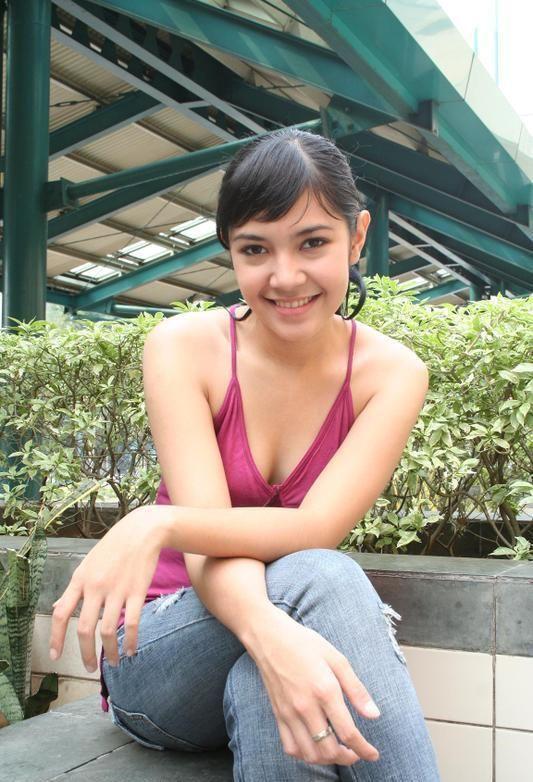 Foto Sexy Ratna Galih With Tanktop