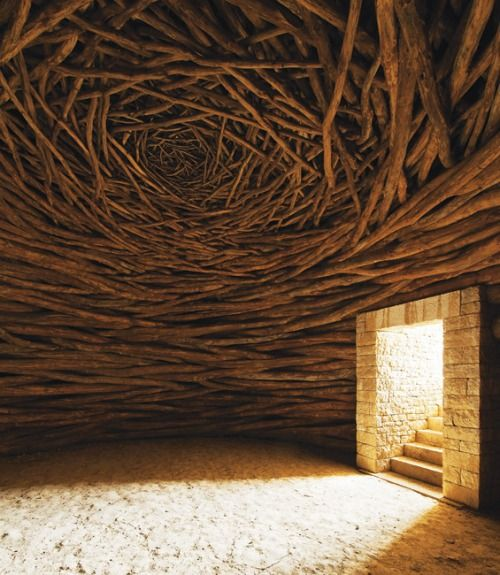 Oak Room af Andy Goldsworthy indtastet af en mystisk portal bygget ind i en lang stenmur.  Indeni er der en cirkulær værelse med et hvælvet loft på eg lemmer.