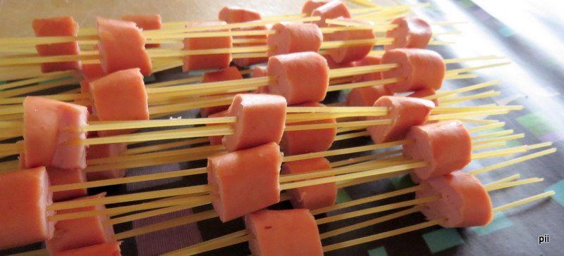Kodin Kuvalehti – Blogit   Keittiömestaripäivä – Lisää virtaa nakkispagetista ja pehmeän kirpeä sitruunarahka karamelisoidulla porkkanalla.