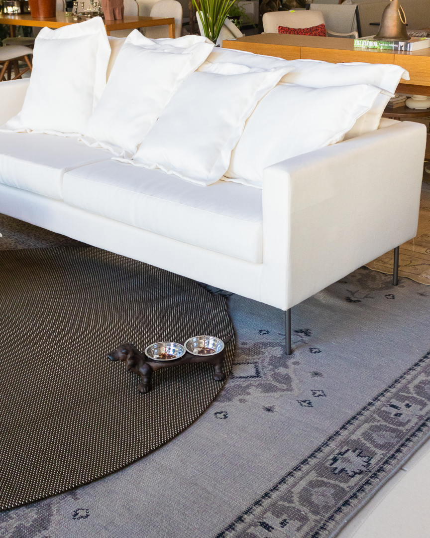 [bom DOminGo] 🐾  Foto: Lu Barcelos   @chocolatefotografias . #CASAMIXBOSSA #bomDOminGo #showroom2020 #decor #love #like #dogs #decoration #fashionhome #instagood #design #interior #homestyle #home #cute #decoracao #homesweet #interiordesign #fashiondecor #art  #photoftheday #homedecor #style #dog #tapete #sofa #sofabranco #comedouro