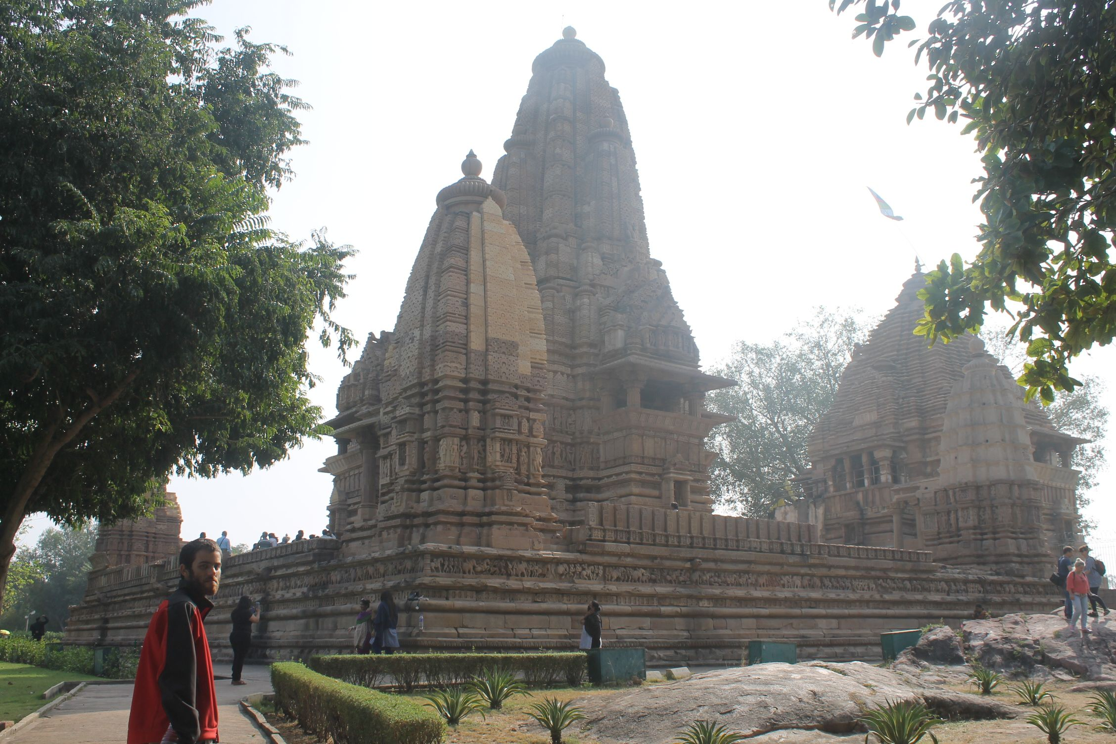 Dani junto a Lakshmana Temple antes del chungazo