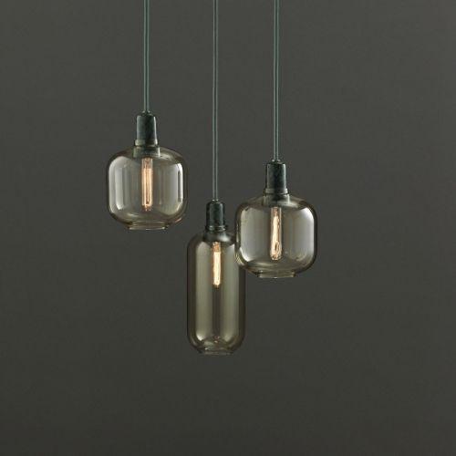 Amp lamp er designet av Simon Legald for Normann Copenhagen. Lampene kjennetegnes ved at materialet glass og marmor gir en kombinasjonen av visuell skjørhet og en sanselig tyngde. Det er brukt materiale av høy kvalitet. Proporsjonene for hver lampe har blitt nøye designet for å sikre den rette balansen mellom hardt og mykt og gjennomsiktig og ugjennomsiktig.Amp lampene kommer med matchende stoffledning på 4 meter. Gulfarget glass og grønn ...