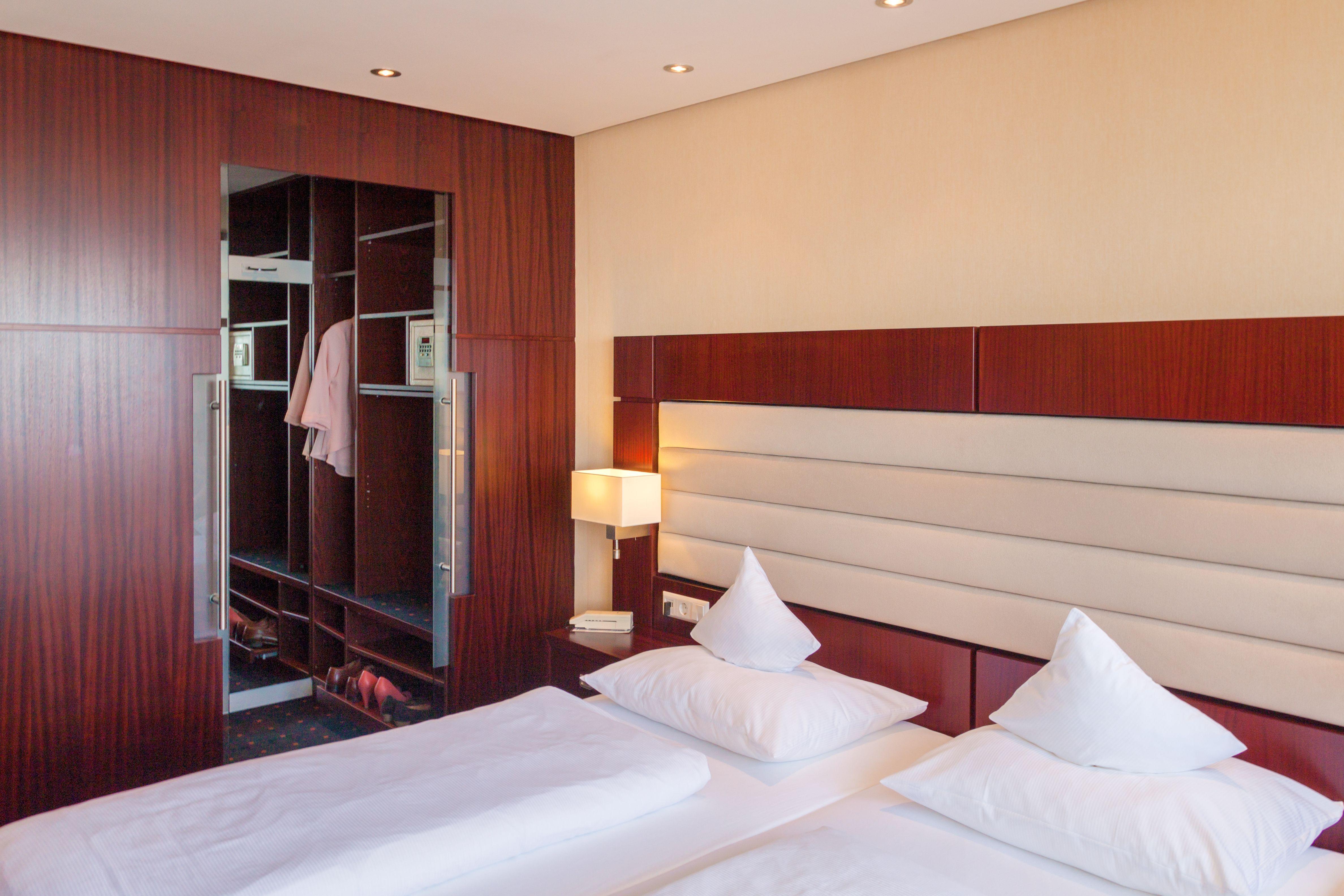 Großzügige Doppelzimmer (ca. 25-30 m²) mit Balkon direkt zum See. Die Zimmer sind zum großen Teil neu umgebaut und renoviert und ausgestattet mit Doppelbett, Bad mit Dusche und WC sowie Sofaecke, Schreibtisch und Flachbildfernseher. Ebenso sind Minibar, Fön und Wasserkocher vorhanden.