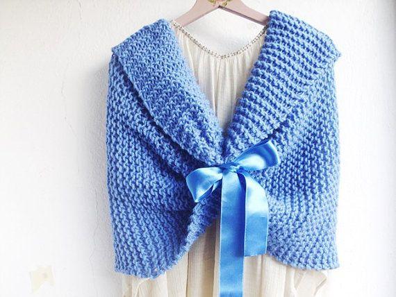 Blue Bridal Capelet, Knit Bridal Shrug, Blue weddings, Winter weddings  #wedding #bruiloft #winter  www.bijnatrouwen.nl