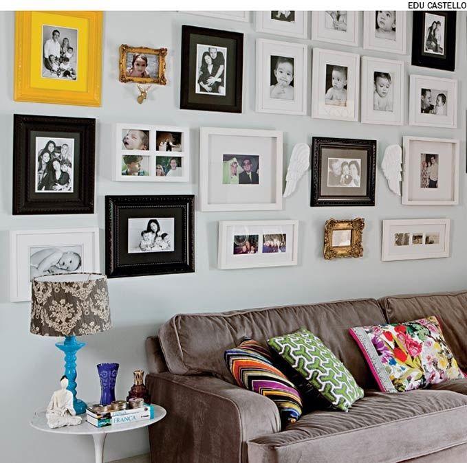Em vez de obras de arte, exiba fotos da família toda na parede da sala, como fez a arquiteta Andrea Murao. Molduras de diferentes tamanhos e estilos dão o aspecto mais descontraído à composição.