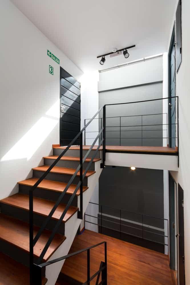 Departamento de tres pisos con fachada moderna, presentamos su ...