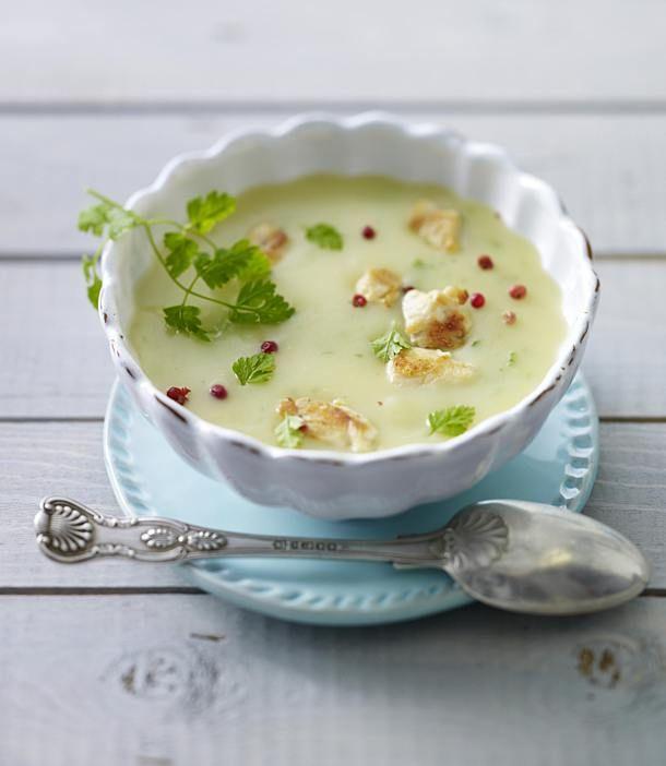 Kartoffelsuppe mit Hähnchenfilet, Kerbel und rosa Beeren Rezept | LECKER