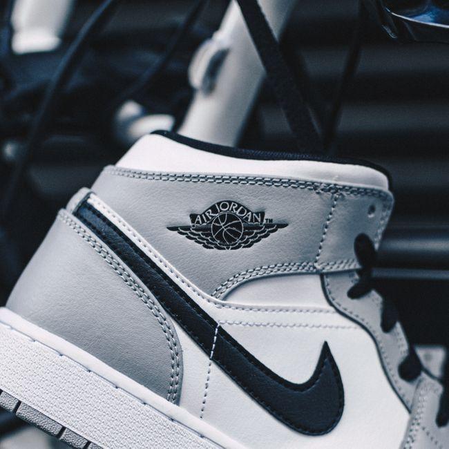 Air Jordan 1 Mid Light Smoke Grey | Chaussures de sport mode ...