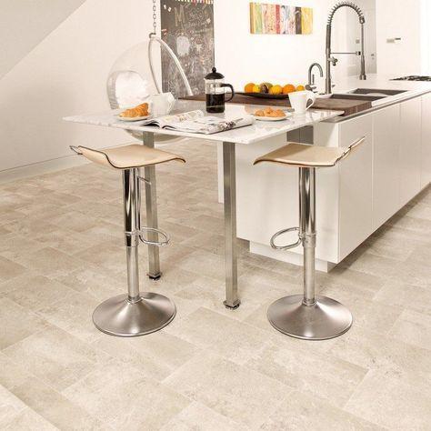 Beige Vinylboden mit Fliesenoptik in einer geräumigen Küche ...