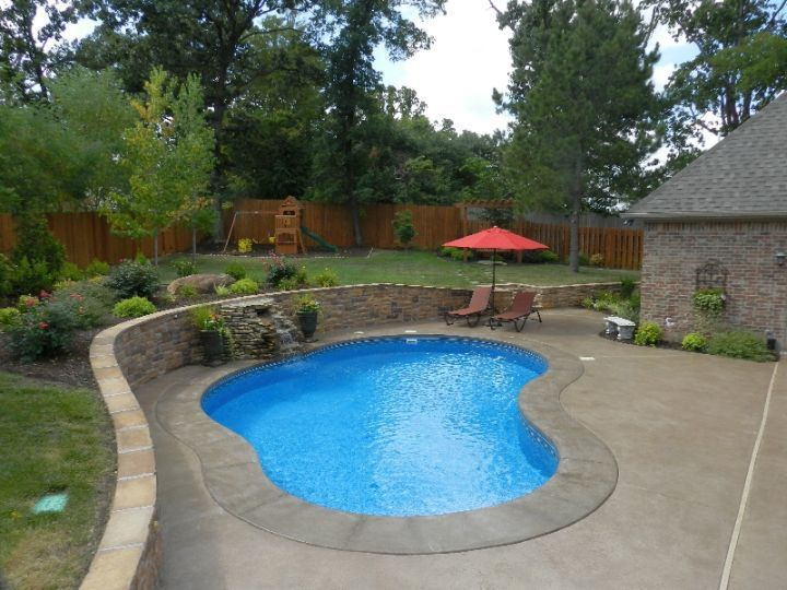 Kidney shape pool in small yard kidney shaped pools for Kidney shaped pool designs