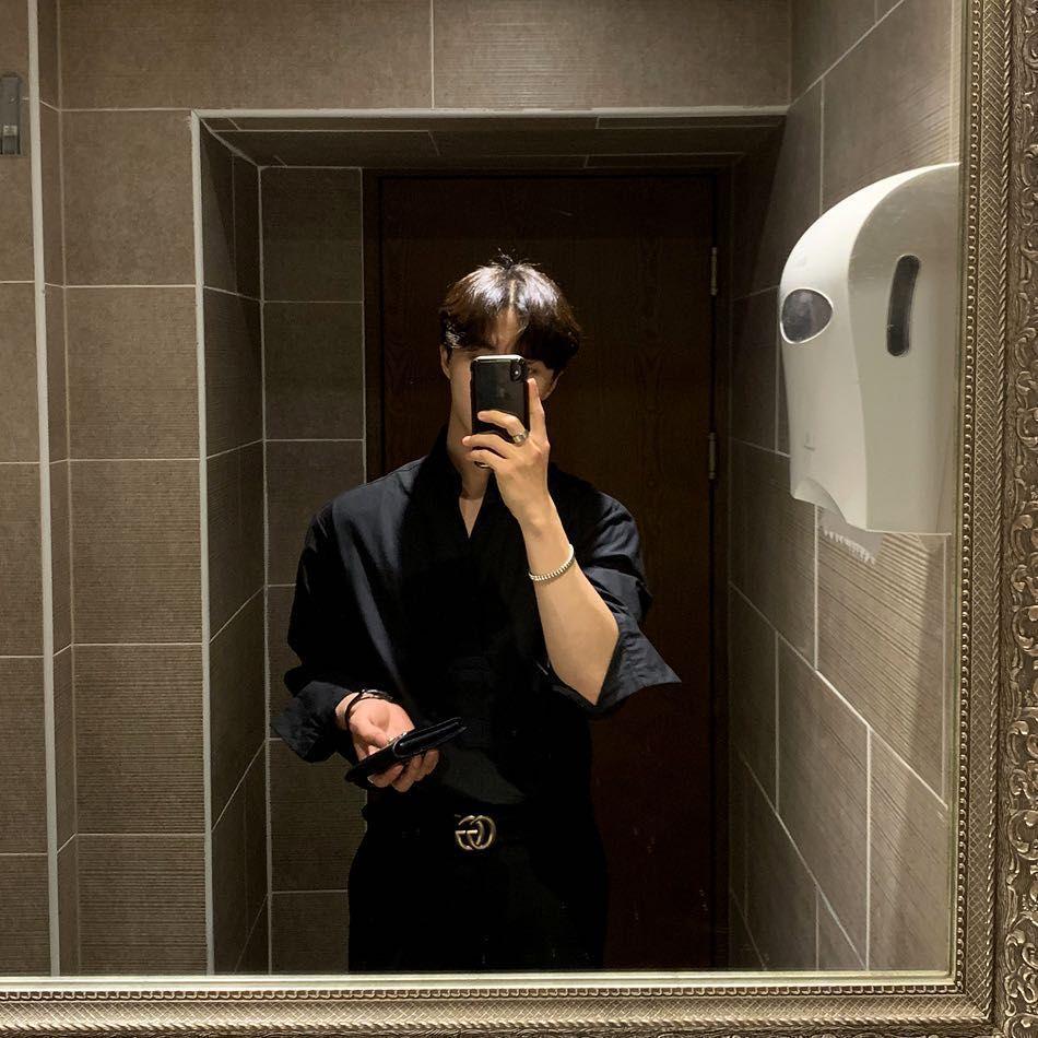 Mirror Selfie Aesthetic No Face Guy Mirror Selfie Aesthetic No Face In 2020 Cute White Boys Photo Editing Techniques Mirror Selfie