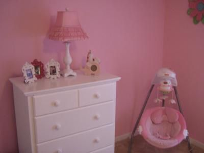 Image from http://www.unique-baby-gear-ideas.com/images/joys-pink-white-and-green-nursery-21598256.jpg.