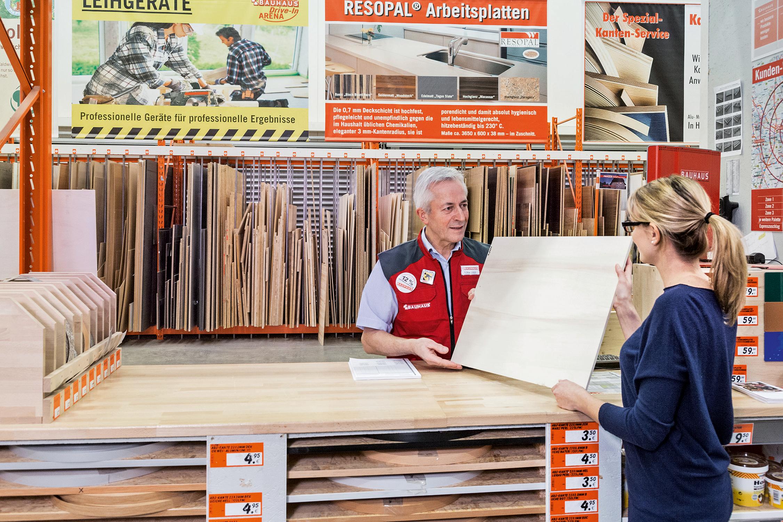 Perfekt Zugeschnitten Holz Schneiden Die Bauhaus Fachberater Euch Millimetergenau Zu Von Einer Individuellen Arbeitsplatte Oder R Bauhaus Holz Zuschnitt Bau