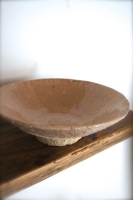 荒めの土で作った大皿です。陶石が混じっておりますので風合いがあってとても雰囲気のある仕上がりになっています。4枚目の画像に写っておりますが陶石が混じっているた...|ハンドメイド、手作り、手仕事品の通販・販売・購入ならCreema。