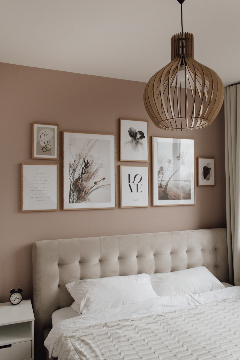 bedroom gallery wall - a classy mess | inneneinrichtung