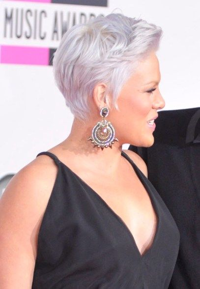 how does pink style her hair pinks hairstyles pink s wispy silver layers were 5922 | a052f6fce41eb61fe2547c2456de9010