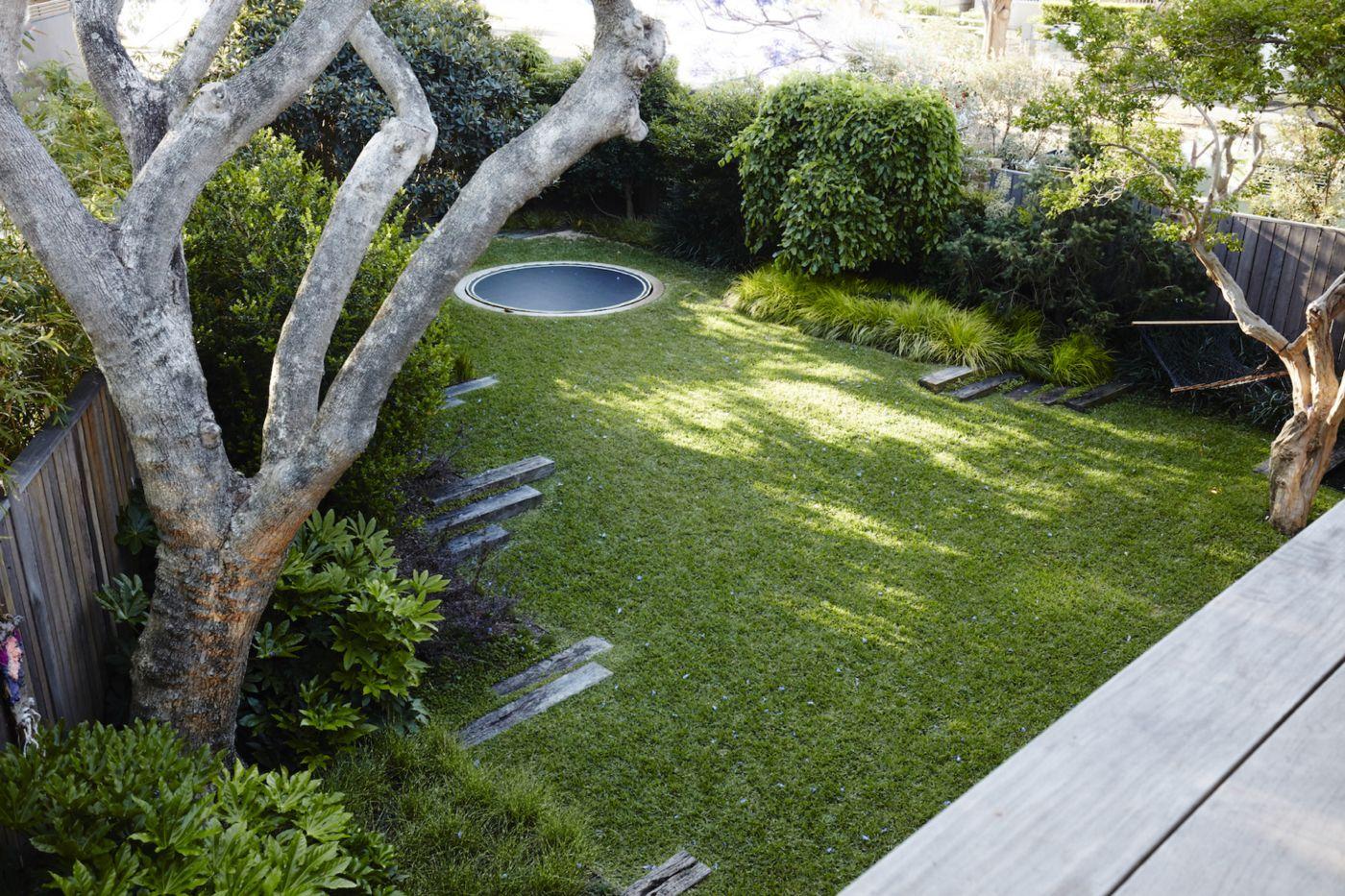 Bodentrampolin Im Garten Einbau Modelle Sicherheit Und Spielmoglichkeiten Australischer Garten Bodentrampolin Und Familiengarten