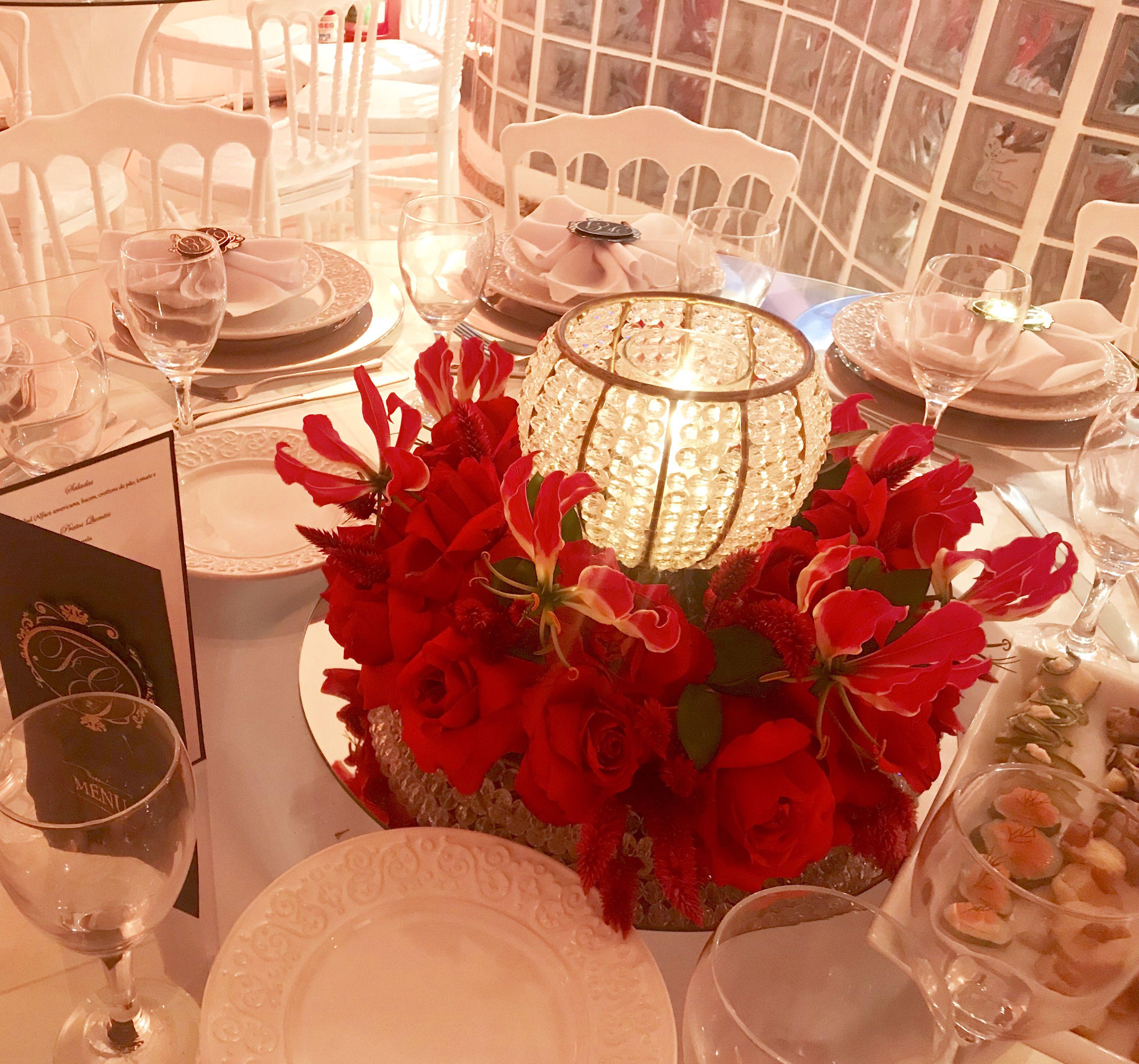 Arranjo Floral Vermelho Mesa Dos Convidados Com Castical No Centro