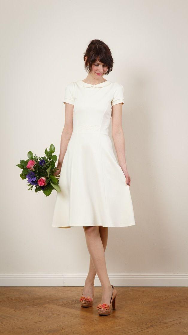 Brautkleid Julie M Spitzeneinsatz In Creme Hochzeitskleid Elegant Kleid Hochzeit Brautkleid Schlicht