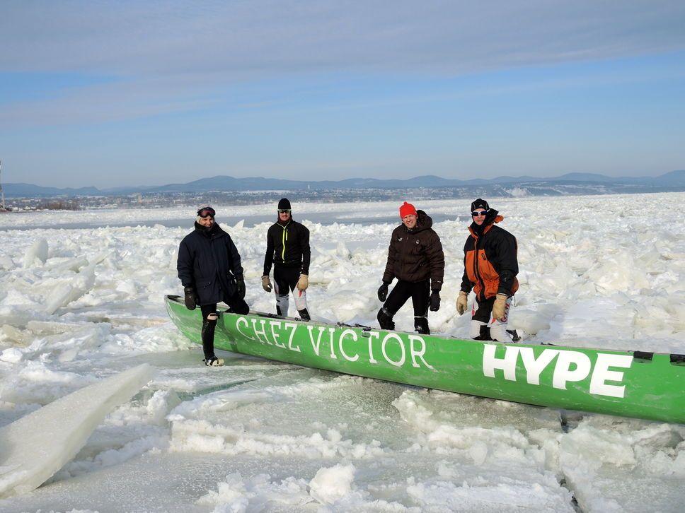 Canot à glace ramer sur les glaces du fleuve Saint