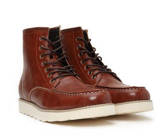 ¿Y si la moda se pusiera a tus pies? ¿Y si calzar con estilo resultará cómodo y sencillo? Con estas botas y botines de hombre tu dénim parecerá más chic, tus looks casuales brillarán y tu elegancia subirá muchos niveles.