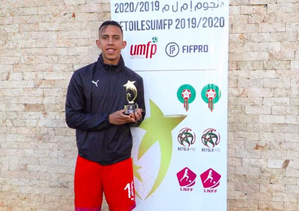 يتوج سفيان رحيمي بجائزة أفضل لاعب في بطولة البطولة الاحترافية 2019 2020 Football Arabic Words Words