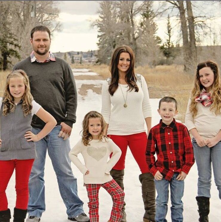 christmas. christmas card. Family photo. holidays. photo. photography.  outfits. big family. Cold weather. Ideas. Kids. Snow. Pictures. Country.  Colors - Christmas. Christmas Card. Family Photo. Holidays. Photo