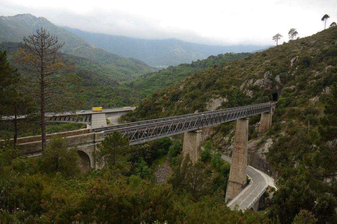 Corsica, Frankrijk. Spoorbrug van architect Eiffel over de rivier de Vecchio. Op de achtergrond de 200 meter lange verkeersbrug op de doorgaande route Ajachio-Bastia