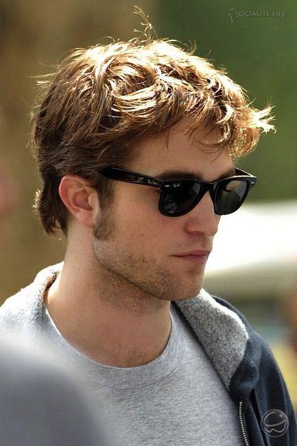 efda1ab81fe317 Como de costume Robert Pattinson é visto com seu inseparável óculos Ray Ban  Wayfarer. Para quem quer ter um igual, esse é o RB 214…   Actors I luuuuuv!