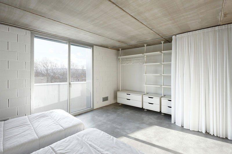 wie wir uns ein podest bauen eine diy anleitung schlafzimmer kleiderschrank mit vorhang. Black Bedroom Furniture Sets. Home Design Ideas