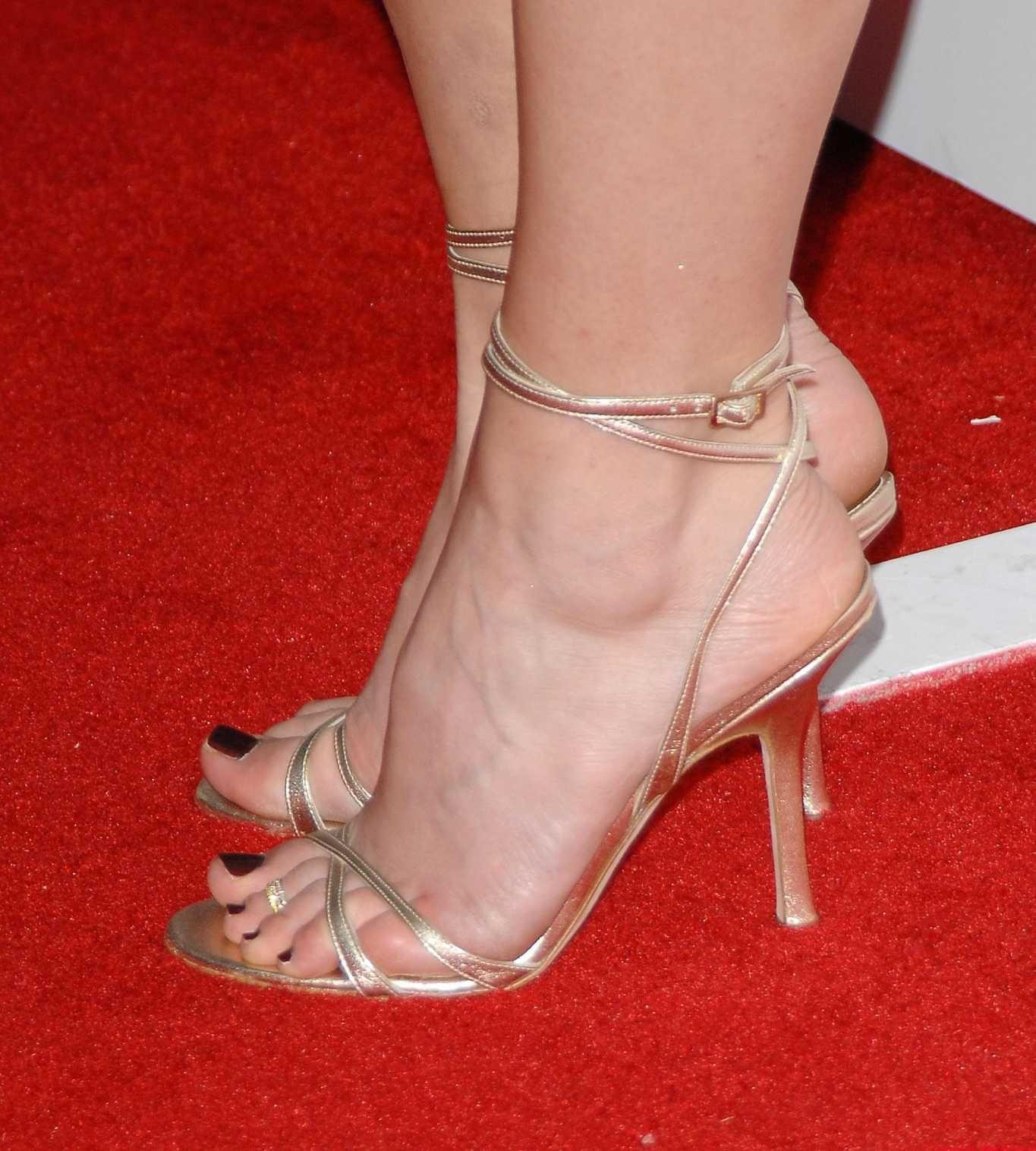 Jewel Kilcher feet pictures, Jewel Kilcher legs, Jewel Kilcher toes, Jewel  Kilcher barefoot and shoes. Jewel Kilcher is a marvelous American.