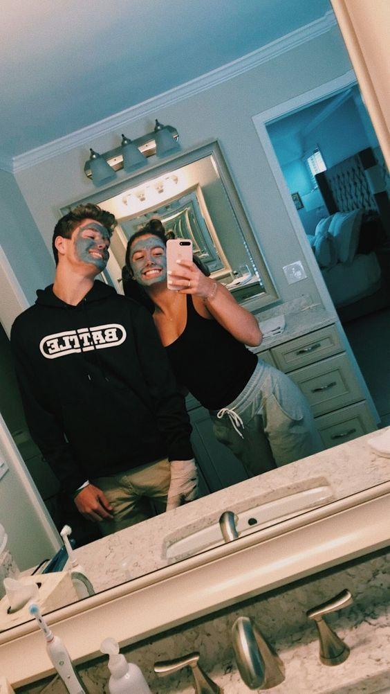 Selfies frente al espejo que puedes tomarte con tu amorcito