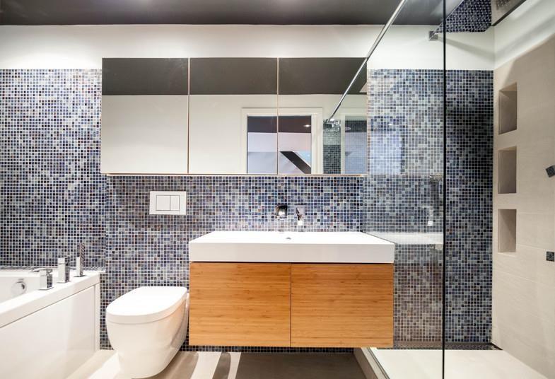 Mur en mosaïque bleu grise blanche sdb Pinterest