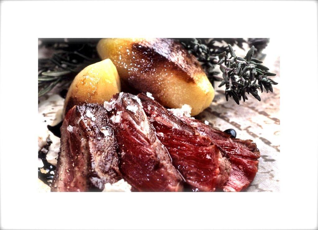 Lardones de buey con hígado de pato caliente, hongos, setas y toque de oriental