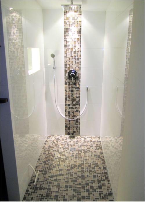 Gefliestes Duschelement mit Mosaik. | Salle de bain | Badezimmer ...