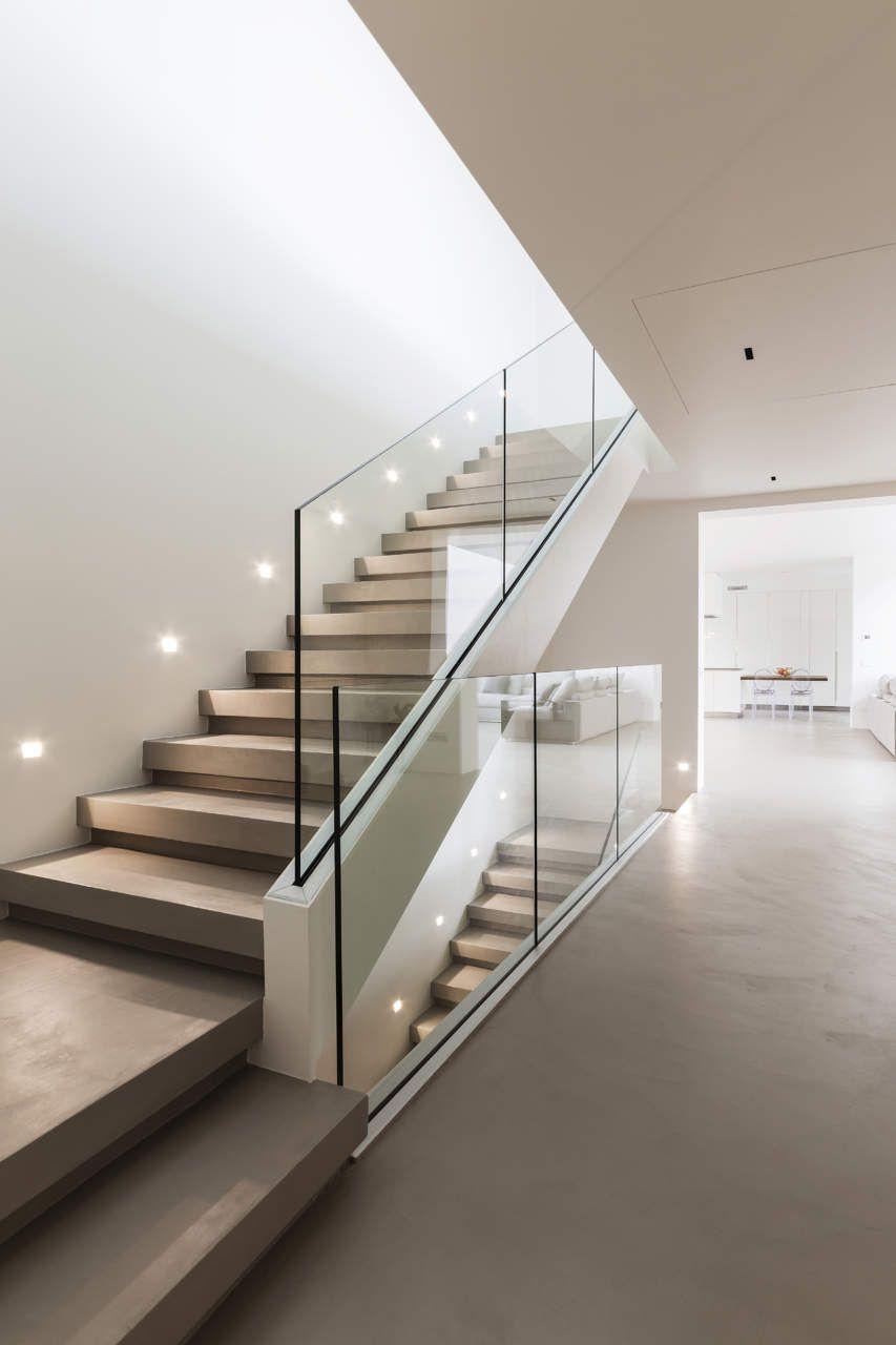 Scale Interne Di Design.Ambiente Con Pavimento E Parete Realizzati Con Resina